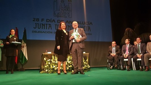 francisco gongora presidente de Hortiespaña recoge bandera andalucía