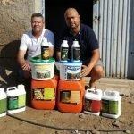 Técnico y cliente de Vellsam con un lote de productos de la compañía